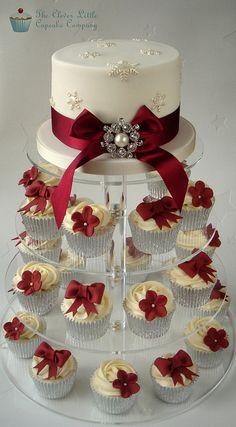 Ivory and Burgundy Christmas Winter Wedding Cupcakes... Rød hvid Vinter Jule Bryllup Bryllupskage