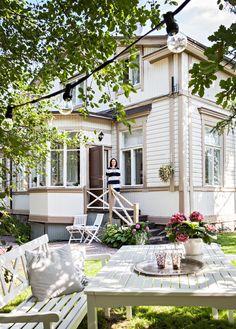 Mustavalkoinen koti puutalossa