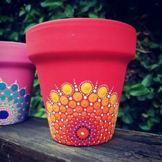 Ideas of mandalas in pots for decorating Flower Pot Art, Flower Pot Design, Flower Pot Crafts, Clay Pot Crafts, Diy Crafts, Dot Art Painting, Mandala Painting, Stone Painting, China Painting