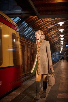 Susanne Spatt - Kollektion Tracht HW 17/18 Gehrock Dolly Tweed- Fischgrat Braun. Der Gehrock wird an der vorderen Kante durch eine hochwertige Zobelborte geziert. Kante, Elegant, Tweed, Couture, Outfits, Style, Fashion, Frock Coat, Fall Winter