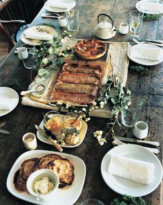 きらきらと陽光が輝く季節。こんな時期は庭やバルコニーを心地よくしつらえて、ティーパーティーを開いてみよう。気のおけない仲間を招いてのガーデンパーティでは飾り付けもおもてなしも、肩肘張らないカジュアルなものが気分。そこで今回は、ゲストを囲むテーブルのひとときがもっと楽しくなるアイデアをご紹介。  庭にテーブルを出してそのまま、では味気ないし、アイロンのかかったリネンをかけるのもトゥーマッチ。こんなときはコットンや麻の素朴なクロスが重宝する。厚みのあるクロスはテーブルを飾るクロスとしてはもちろん、パーティ用のプレートとしても活躍。またカッティングボード代わりに、この上でスイーツをカットすることもできる。庭で手折った枝でテーブルを飾れば、野趣あふれるコーディネートが完成! お手製のタルトはオーブンから出したそのままを、テーブルにサーブしてしまおう。ゲストに取り分けてもらえばそこからコミュニケーションが生まれ、その場はもっと楽しくなるから。…