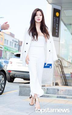 [HD포토] 이선빈 강남을 뒤집어놓은 여신 미모 #topstarnews Lee Sun Bin, Korean Beauty, Hd Photos, Business Women, White Jeans, Actresses, Chic, Style, Fashion
