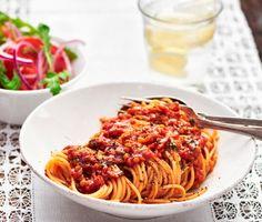 En klassisk vardagsrätt i klimatsmart tappning. I denna smakrika bolognese är nötköttet utbytt mot proteinrika röda linser, både för hälsans och hållbarhetens skull. Tillsammans med vitlök, örter, tomat och rotfrukter blir linserna en minst lika mustig partner till spaghettin som köttfärsen.