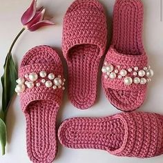 crochet pink slippers with pearls Crochet Sandals, Crochet Boots, Crochet Slippers, Love Crochet, Crochet Clothes, Crochet Baby, Diy Crafts Crochet, Crochet Projects, Crochet Slipper Pattern