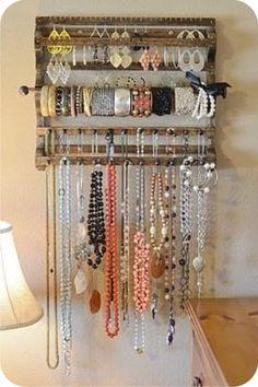 Balangandãs. Todas as bijoux em um só lugar. Não é o desejo de toda mulher? Separe o que você mais usa e organize em uma peça como esta.