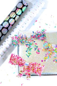 DIY Gift Wrapping Ideas Make a simple confetti bow using clear tape! Confetti Bars, Diy Confetti, Christmas Gift Sets, Christmas Gifts For Women, Christmas Things, Gift Wrapping Tutorial, Creative Gift Wrapping, Wrapping Ideas, Pretty Packaging