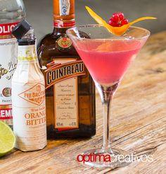 Imagen de un Cosmopolitan y algunos de sus ingredientes.