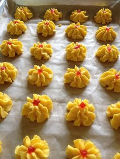 How to Make Dahlia Biscuits/ Kuih Semperit Recipe Chinese New Year Cookies, New Years Cookies, Xmas Cookies, Cute Cookies, Biscuit Cookies, Biscuit Recipe, Sandwich Cookies, Fun Easy Recipes, Sweet Recipes