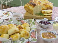 Pão de Batata da Palmirinha Para a massa: Batata cozida, ½ kg Farinha de trigo, 1 kg (aproximadamente) Fermento para pão, 50 g Gema (para pincelar), 1 unidade Leite morno, 1 copo (tipo requeijão) Margarina, 200 g Ovos, 3 unidades Sal, 1 colher de sobremesa Para o recheio: Goiabada em cubos, 200 g Requeijão cremoso, 400 g