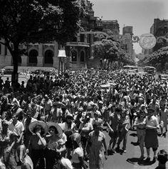 imagem_folioes Legenda e crédito: Bloco de rua no centro do Rio de Janeiro, década de 1950. Marcel Gautherot/Acervo Instituto Moreira Salles.