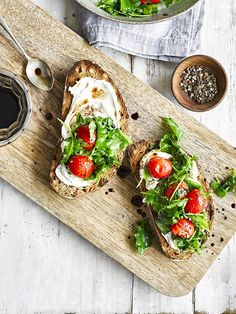 This recipe for ricotta toast with kale and cherry tomatoes makes a great meal for It's veggie and low cal, so ticks a lot of the midweek boxes Ricotta, 10 Minute Meals, Vegetarian Brunch, Breakfast Toast, Aesthetic Food, Cherry Tomatoes, Heirloom Tomatoes, Food Inspiration, The Best