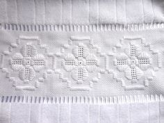 Toalha de Lavabo bordada em Ponto Reto, Crivo sem corte e Ponto Ilhós. Acabamento em crochê.