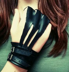 Three-fingered archery glove in genuine leather. Made by yours truly.