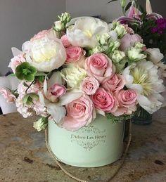 by jadorelesfleurs. Hat Box Flowers, Flower Box Gift, Flower Boxes, Silk Flowers, Beautiful Flowers, Bouquet Flowers, Bouquets, Beautiful Flower Arrangements, Floral Arrangements