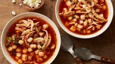 El pozole rojo de pollo es un plato tradicional de México hecho como una especia de sopa, con una mezcla de chiles y hierbas. Se sirve caliente y se disfruta a cualquier hora del día.