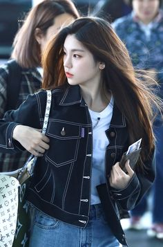 It's JYP's rookie girl group ITZY's Yeji She's born in 2000 She reminds me of Sohee and of the cat-type of face that JYP is known for . Kpop Girl Groups, Korean Girl Groups, Kpop Girls, Rapper, Korean Celebrities, Kpop Fashion, Airport Style, Daniel Henney, New Girl