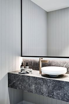 Modern Bathroom Have a nice week everyone! Today we bring you the topic: a modern bathroom. Do you know how to achieve the perfect bathroom decor? Minimalist Bathroom, Modern Bathroom, Small Bathroom, Master Bathroom, Marble Bathrooms, Bathroom Vanities, Relaxing Bathroom, Gold Bathroom, Bathroom Basin
