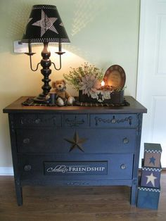 Shabby Chic Furniture: How to Paint and Distress – Shabby Chic Talk Primitive Homes, Primitive Bedroom, Primitive Furniture, Country Furniture, Primitive Crafts, Country Primitive, Shabby Chic Furniture, Painted Furniture, Primitive Antiques