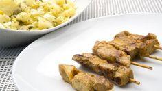 Karlos Arguiñano prepara un plato de brochetas de cerdo a la plancha acompañadas de una ración de papas aliñás.