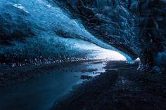 Las cuevas heladas en islandia; ahí se filmo varias películas de Pedro Picapiedra....Todavia Vila le esta ayudando a pulir su piedra perfecta cúbica...¿ Como le pregunta Vilma y Pablo...si tu  no sabes matemáticas ni geometría ?
