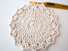 Make a Set of Five Ombre Crocheted Coasters - Tuts+ Crafts & DIY Tutorial Crochet Round, Crochet Home, Easy Crochet, Free Crochet, Double Crochet, Crochet Potholders, Crochet Doilies, Crochet Stitches, Crochet Coaster Pattern