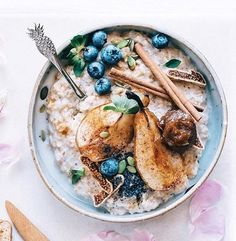 OMG look at this bowl of Creamy Oats!  I hate meals that take 200 years to cook. But this!! I think I can make this! I really love the simplicity of this breakfast on a chilly morning- it warms the belly and the soul!    and recipe by @elsas_wholesomelife #TMVeganFavorites