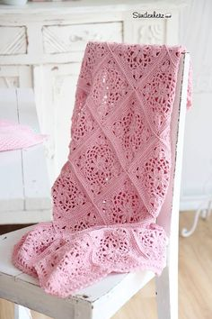 Would be so nice for someone having a baby girl...nice soft pink, and pretty pattern! <3