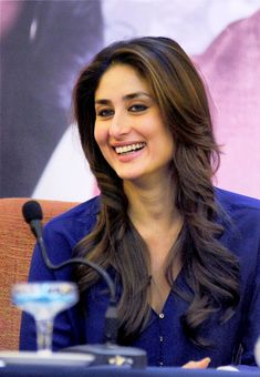 Some Lesser Known Facts About Kareena Kapoor Does Kareena Kapoor smoke?: No Does Kareena Kapoor drink alcohol?: Yes Kareena Kapoor drinks wine Kareena is o Indian Celebrities, Bollywood Celebrities, Bollywood Actress, Most Beautiful Indian Actress, Beautiful Actresses, Bollywood Stars, Bollywood Fashion, Karena Kapoor, Kareena Kapoor Khan