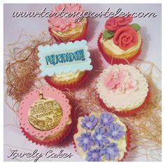"""Cupcakes con flores, felicidades y una medalla """"MAMA FOR EVER"""""""