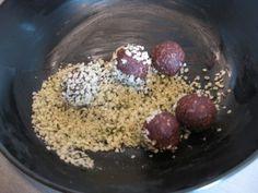 Čokoládové kuličky můžeme ještě obalit v kokosu nebo konopném semínku Acai Bowl, Oatmeal, Food And Drink, Breakfast, Acai Berry Bowl, The Oatmeal, Morning Coffee, Rolled Oats, Overnight Oatmeal