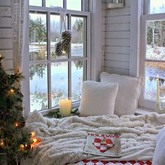 This Christmasy cozy corner is the perfect reading nook for winter! We love book nooks with windows like this. Cozy Nook, Cozy Corner, Cosy Reading Corner, Cozy Place, Home And Deco, Book Nooks, Reading Nooks, My New Room, Cozy House
