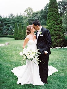 Romantic kiss in a garden at The Carltun: http://www.stylemepretty.com/2016/09/25/handwritten-notes-served-as-escort-cards-for-their-300-guests/ Photography: Michelle Lange - http://www.loveandbemarried.com/