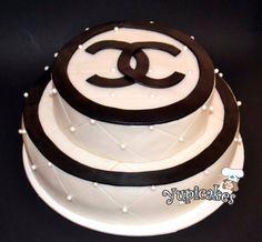 Pastel con textura acolchada Chanel. Delicioso pan de doble chocolate relleno con nutella y decorado con fondant #Yupicakes #Fondant #Pasteles #Mexico