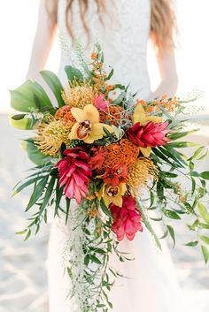 Hochzeitsdeko Hawaii | Friedatheres.com beach wedding bridal bouquet  Fotos: Sandra Hützen Kleid: Rue De Seine via Seeweiss Blumen/Deko: Rosige Zeiten Gebäcke: Gretarmarlene