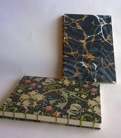 Kansipaperina marmoroitu paperi ja Morrisin tapetti - köyhän naisen versiot tulostetaan tietysti verkosta. Idean antoi kurssikaveri Päivi. 2016.