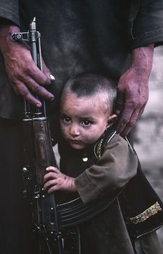 From Farmer To Invader Destroyer. Brave Pashtuns In Afghanistan Afghanistan Culture, Afghanistan War, Gas Mask Art, National Geographic Photography, Steve Mccurry, Brave New World, Avatar, Long Time Ago, Aesthetic Pictures