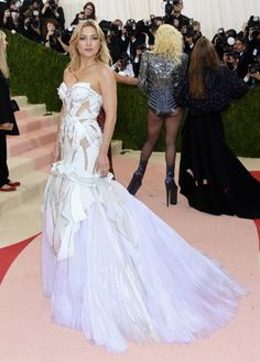 Do excêntrico ao glamouroso: os looks das famosas no baile de gala do MET - Kate Hudson