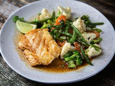 Cod with vegetables and teriyaki sauce & Drinks Teriyaki Sauce, New Menu, Fish And Seafood, Wok, Nom Nom, Food And Drink, Nutrition, Chicken, Meat