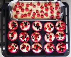 Prăjitură cu mălai și fructe de pădure (fără zahăr) – din rețetarul bunicii – Autodiversificare, BLW Gluten Free, Fără Gluten, Baby Food Recipes, Doughnut, Diy And Crafts, Muffin, Low Carb, Breakfast, Desserts