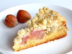 Rhabarber eignet sich perfekt für den Sommer. Probieren Sie unser Rezept für einen saftigen Rhabarberkuchen, der von goldbraunen Streuseln getoppt wird.