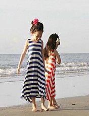 Strip vestido para la playa de la muchacha de...