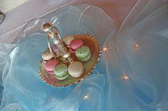 Macarons in Frost-Farben auf silbernen Etageren - Winterhochzeit - Winter wedding frozen colours macaraons