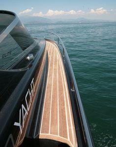 Need 32' Yacht by Paolo Ferragni