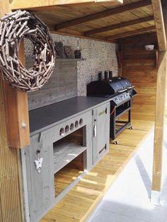 Mijn ventje zijn buitenkeuken in steigerhout. Eigen creatie.