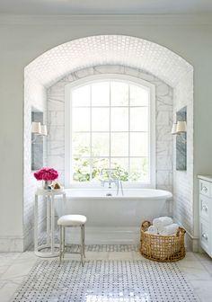 Banheiro decorado com luz externa e branco total | Eu Decoro