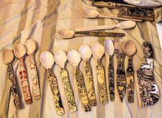 Linguri de lemn, spatule si tocatoare de vinete, decorate cu schlagmetal auriu si culori acrilice, dimensiuni si forme diverse.