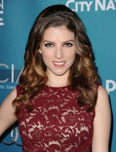 Anna Kendrick paired heavy-lined eye #makeup with beautiful #curls.