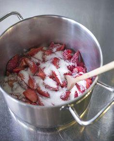 Rezept für sommerlichen Erdbeer Drip Cake mit Cream Cheese Füllung #rezepte #erdbeertorte #torte #dripcakes Cupcakes, Ratatouille, Cooking, Ethnic Recipes, Food, Strawberries, Chocolate, Kitchen, Cupcake Cakes