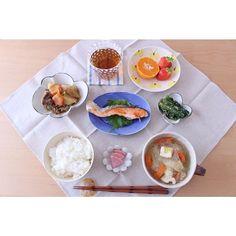 chika_shu⚘ 今日のお昼ごはん☀︎ * ごはん 白菜と春雨、鶏つみれのスープ 肉じゃが 鮭の塩焼き 小松菜の胡麻和え 赤かぶのお漬物 みかん(はるみ)、いちご * 鮭の向きが逆ですかねー(๑¯ ³¯๑) * * #おうちごはん#うちごはん#おうちカフェ#お昼ごはん#昼食#lunch#foodpic#instafood#onthetable#食卓#暮らし#うつわ#器