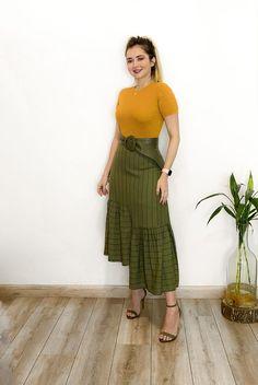 Saia Midi Thamyres Evasê  - Zandara Store Skirt Outfits Modest, Maxi Outfits, Casual Dresses, Fashion Outfits, Womens Fashion, Church Outfits, Mix Match, I Dress, Dress Collection